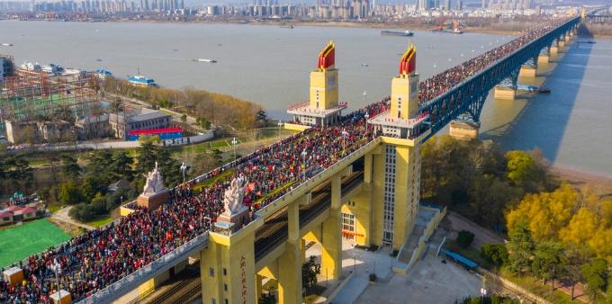"""公众开放日最后一天 空中俯瞰南京长江大桥上""""人山人海"""""""