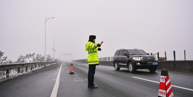 京珠北云岩段现冰冻 路政部门紧急上路除冰