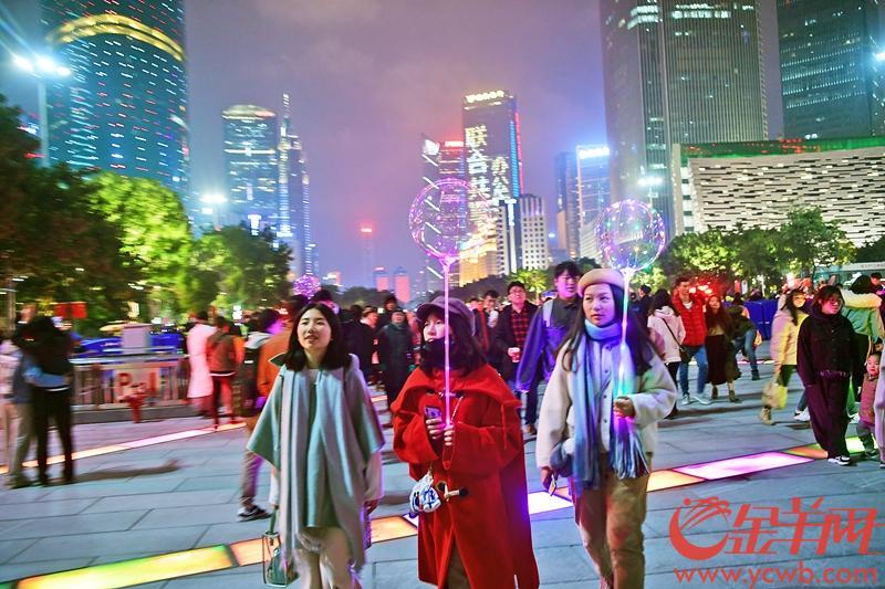 2018年12月31日晚,花城广场及周边新年气氛浓厚…… 图/金羊网 记者邓勃