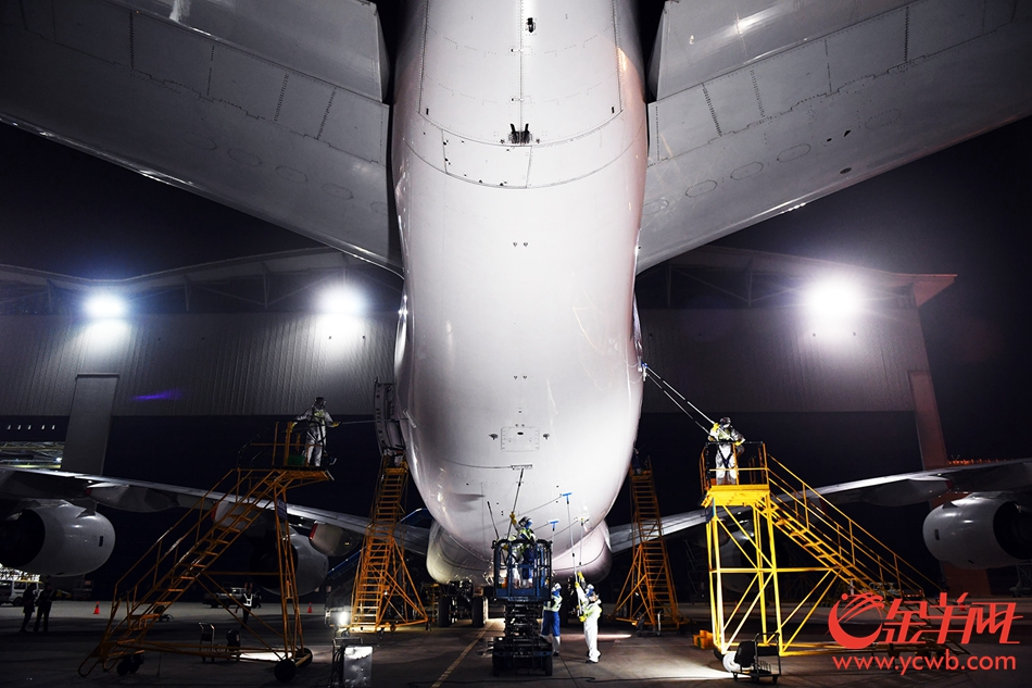 2018年2月13日凌晨,南航一架A380客机在进行航后清洗 金羊网记者 林桂炎 摄