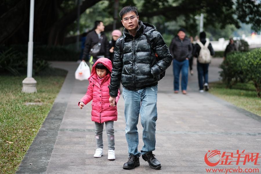 目前广州各区寒冷橙色预警信号、广州市寒冷Ⅲ级应急响应正在生效中。由于天寒水冻,广州公园百花不兴,游人大减,尽管也有三三两两的自拍,也要须晴日待暖阳,才可能有更多喜悦。预计未来两天广州寒冷天气维持,间中有弱降水,早晚有轻雾。图/文 金羊网记者 戚耀琪