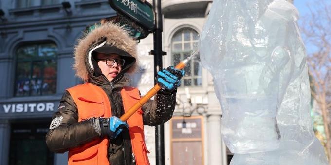 大学生冰雕赛:拼技艺 添景致