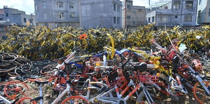 昆明城郊大量共享单车被拆解 警方介入调查