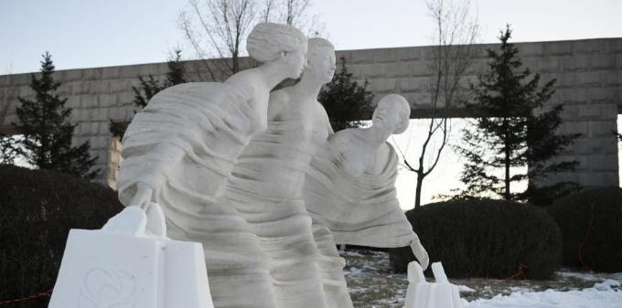 长春一公园打造别致雕塑组合