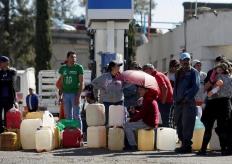 墨西哥油荒加剧 民众提空桶挤满加油站