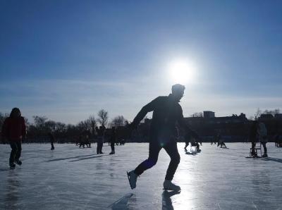 北京市民冰场享受冰上运动乐趣