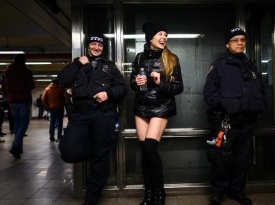 又到一年地鐵無褲日 到處都是大白腿