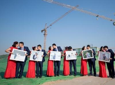 建築工地裏的集體婚禮