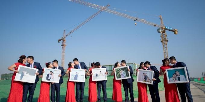 建筑工地里的集体婚礼