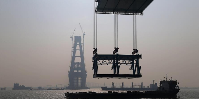 沪通长江大桥完成今年首轮钢梁悬吊