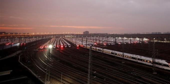 高铁列车整装待发 备战春运