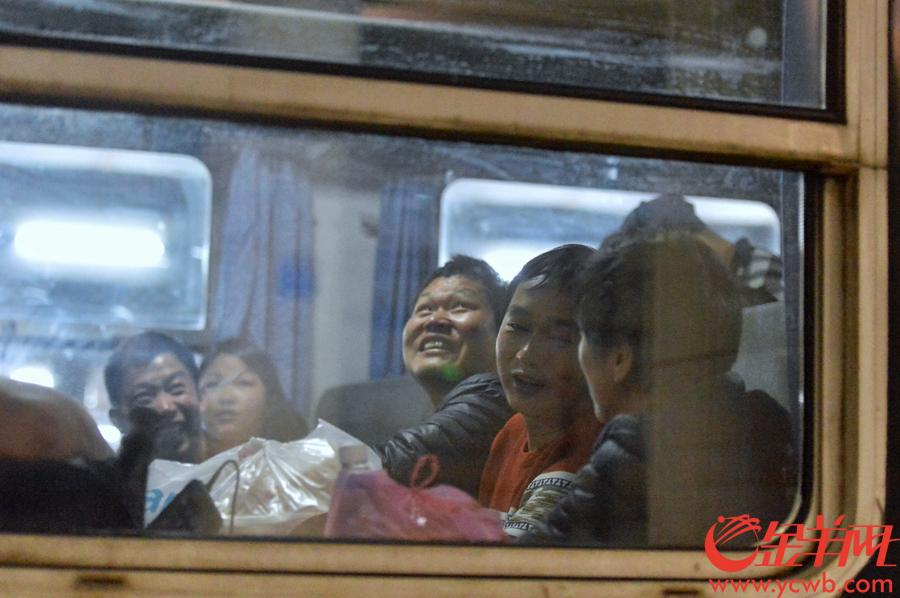 2019年1月21日凌晨00:14,广铁春运首日首发,K4227号列车从广州东站出发,开往到南昌。 金羊网记者 梁喻 摄