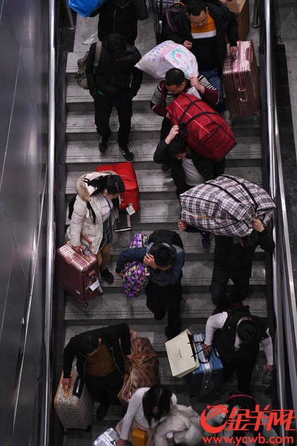2019年1月21日0点14分,广铁春运首日首班车K4227次由广州东站发出,前往南昌。 图为搭乘K4227次列车的旅客在车厢内静候发车,等待回家。金羊网记者 周巍 摄