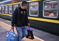 广铁春运首日首班车发车