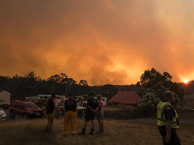 澳大利亚因闪电引发森林火灾 浓烟滚滚遮天蔽日