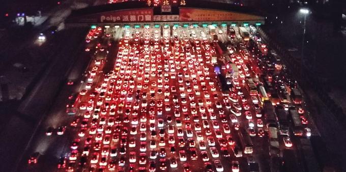 京港澳高速粤北站迎来春运车流高峰 车龙长达5公里