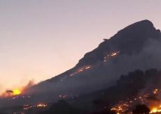 南非开普敦爆发山火 现场浓烟滚滚