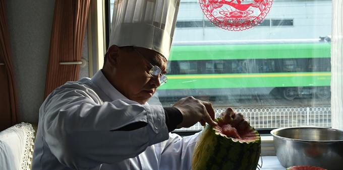 """列车上的""""食雕大师""""用80元记忆他最后的春运"""