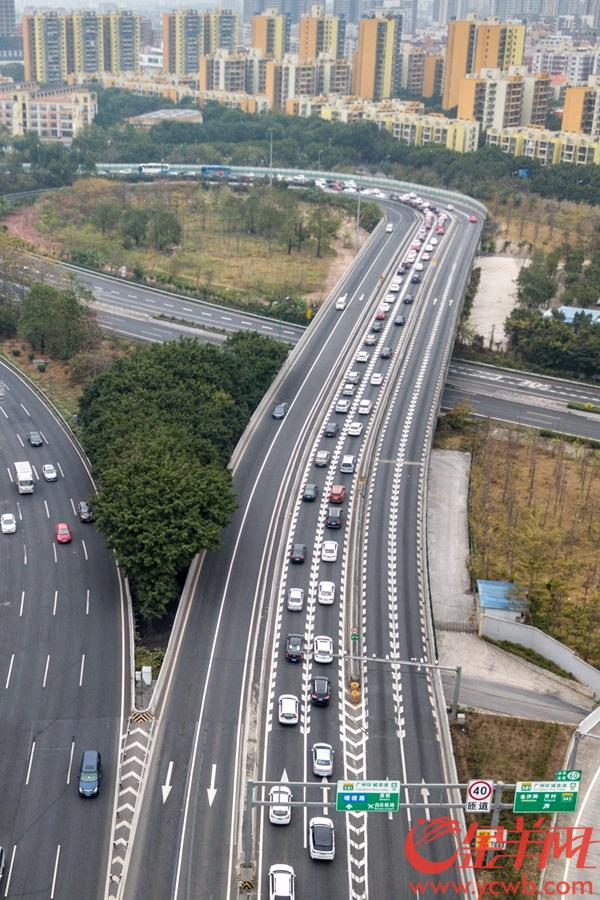 2019年2月9日,大年初五下午,广佛高速西往东沙贝段出现拥挤,广州环城高速连接段同样出现车行缓慢 金羊网记者 宋金峪 摄