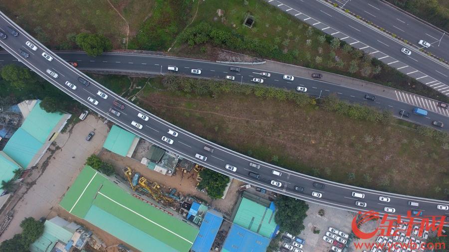 2019年2月10日,大年初六迎来春节返程客流高峰,图为春岗立交路段,来自广河高速和广佛肇高速的车流在此交汇,来自广州城区方向的车流较大,缓慢通行。沙龙国际网站记者 汤铭明 摄