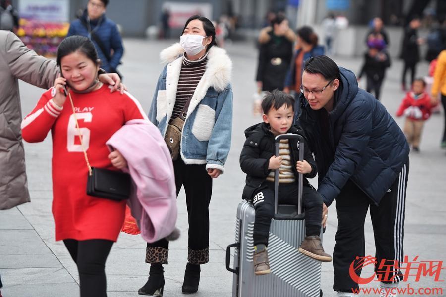 2019年2月10日,大年初六,广州降温,春运迎来节后返程高峰。图为广州南站,大批返程出站的旅客身着冬装。金羊网记者 汤铭明 摄