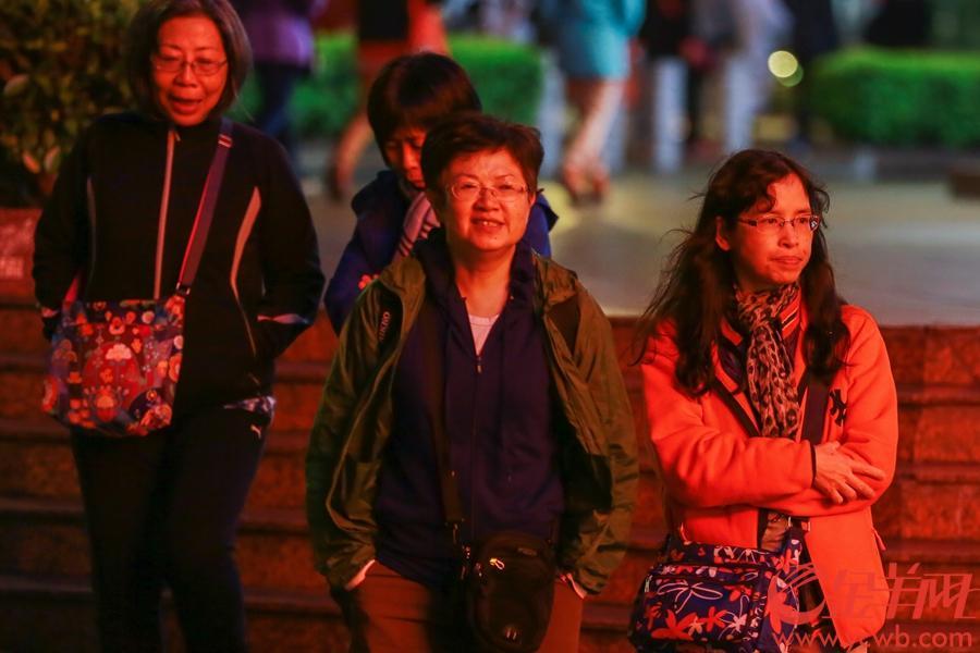 2019年2月10日,冷空气来袭,广州气温骤降,路上行人纷纷添衣御寒。 沙龙国际网站记者 周巍 摄