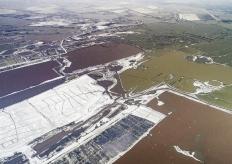 山西运城迎来降雪天气 盐湖色彩斑斓
