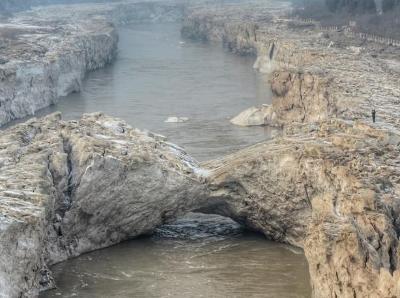 山西临汾壶口瀑布出现难得一见冰桥景观