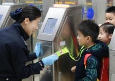 开学首日边检护航深港跨境学童平安出入境