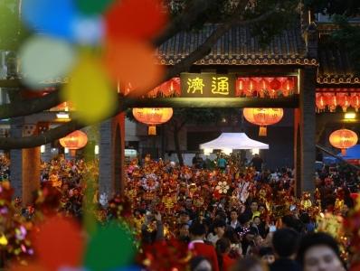 佛山举行一年一度的行通济桥活动