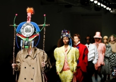 """伦敦时装周上的一场秀 看得人""""很头疼"""""""