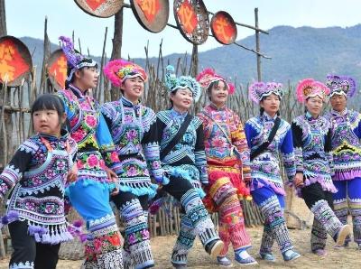 云南深山上演延续千年的民族时装秀