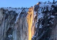 """陽光製造美麗錯覺 美國加州一""""火瀑布""""傾瀉而下"""