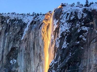 """阳光制造美丽错觉 美国加州一""""火瀑布""""倾泻而下"""