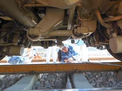 探访中国首支高铁女子机械师乘务队 平均年龄23岁