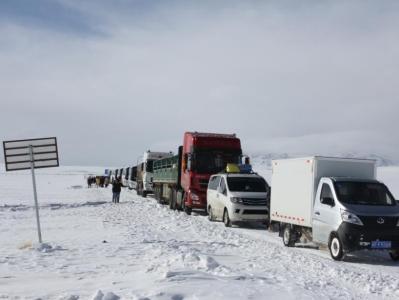 西藏阿里:暴风积雪致车辆滞留 武警紧急救援