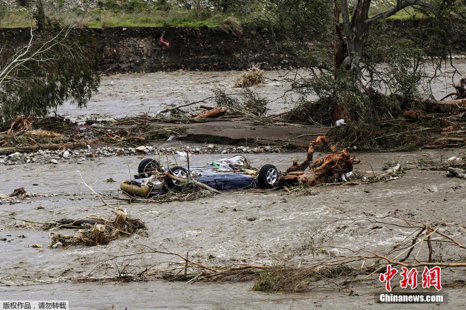 希腊南部爆发洪水 汽车被冲进河中央