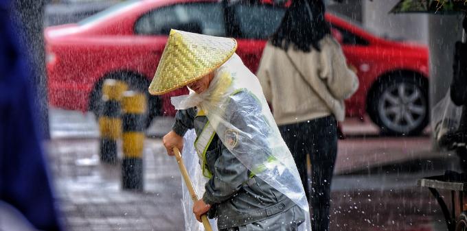 致敬这些雨中人