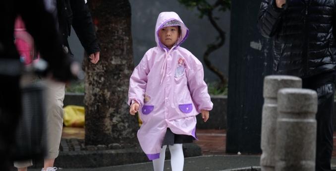 昨日广州雨天,路人匆匆而行