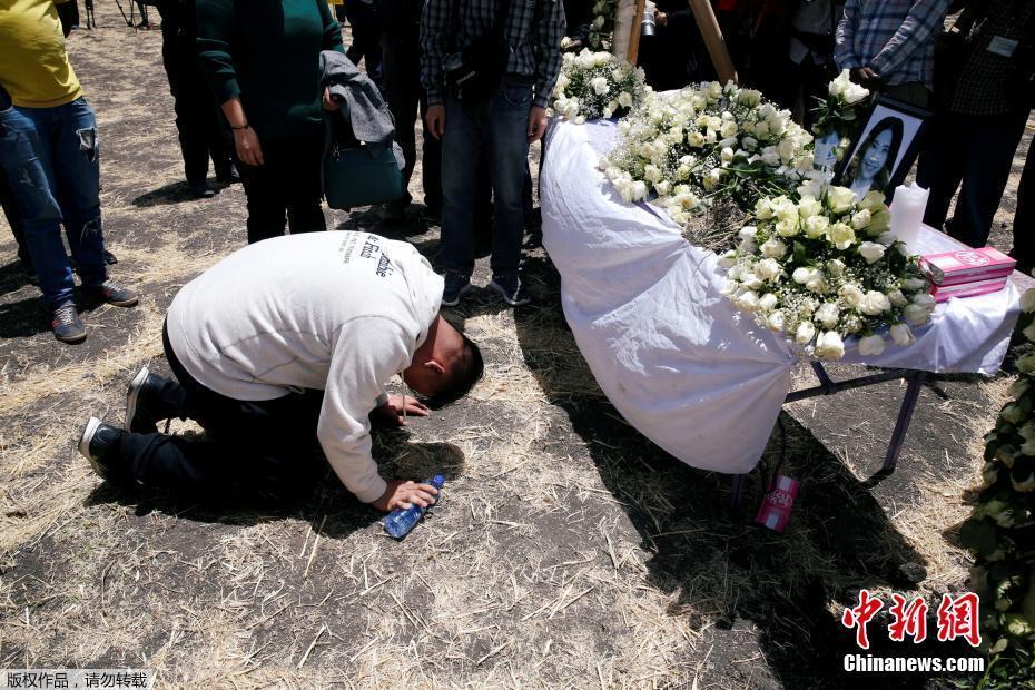 埃塞航班坠机地点举办追思会 遇难者家属抵现场悼念