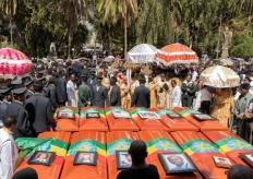 埃塞空难遇难者家属用焦土代替遗体举行葬礼