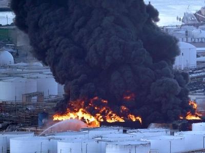 美国得州一石油化工厂着火 黑烟滚滚遮天蔽日