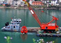 湖北宜昌:峡江疏浚保通航