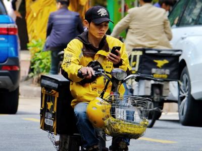 为安全,别再边骑行边打手机