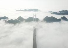 航拍矮寨大橋 穿雲而過景色壯觀