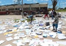 莫桑比克熱帶氣旋災後 學生大太陽下曬課本