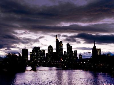 浑然天成神秘紫 法兰克福河水与云朵搭出别样夜景