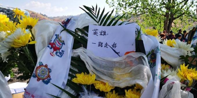 民众前往西昌殡仪馆悼念牺牲的扑火人员