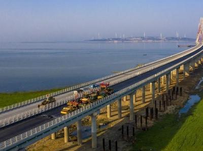 江西鄱陽湖二橋攤鋪橋面瀝青
