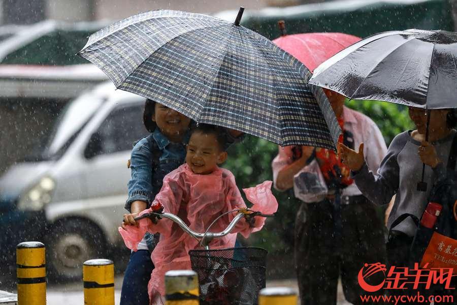 2019年4月16日,广州6时08分发布暴雨黄色预警信号,市区普降大雨。今早海珠区一幼儿园门口,家长在大雨中送幼儿到学校上学。 金羊网记者 宋金峪 摄